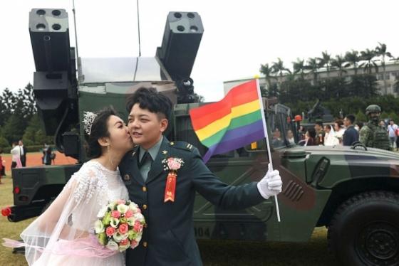 Deux soldats taïwanais et leurs compagnons de même sexe se marient lors d'une cérémonie militaire: lignes de défense